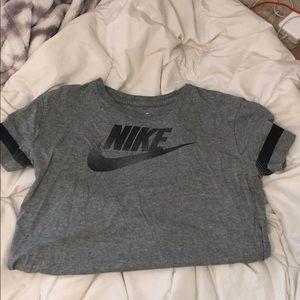 grey nike tee-shirt
